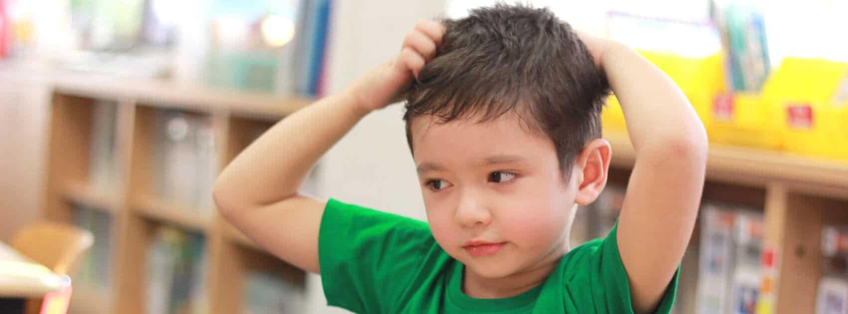Enfant avec démangeaison
