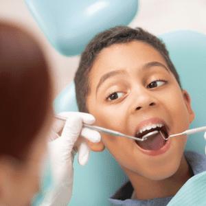 petit garçon chez le dentiste