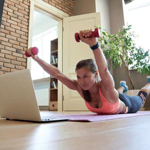 vrouw doet onderrug oefening