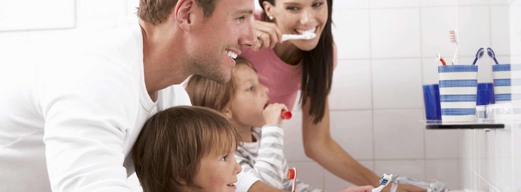 gezin poetst tanden in badkamer