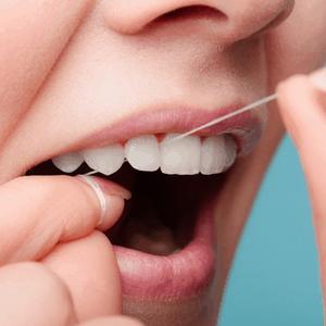 vrouw flost tanden