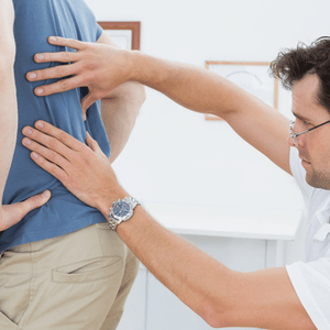 un médecin examine le dos du patient