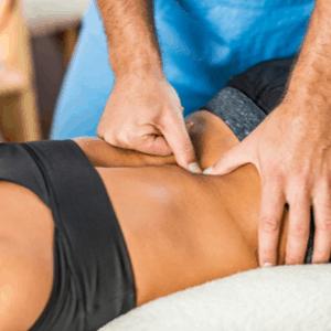physiothérapeute massant le dos du patient