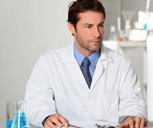 professionnel médical derrière l'ordinateur