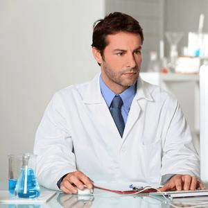 medisch professional achter computer