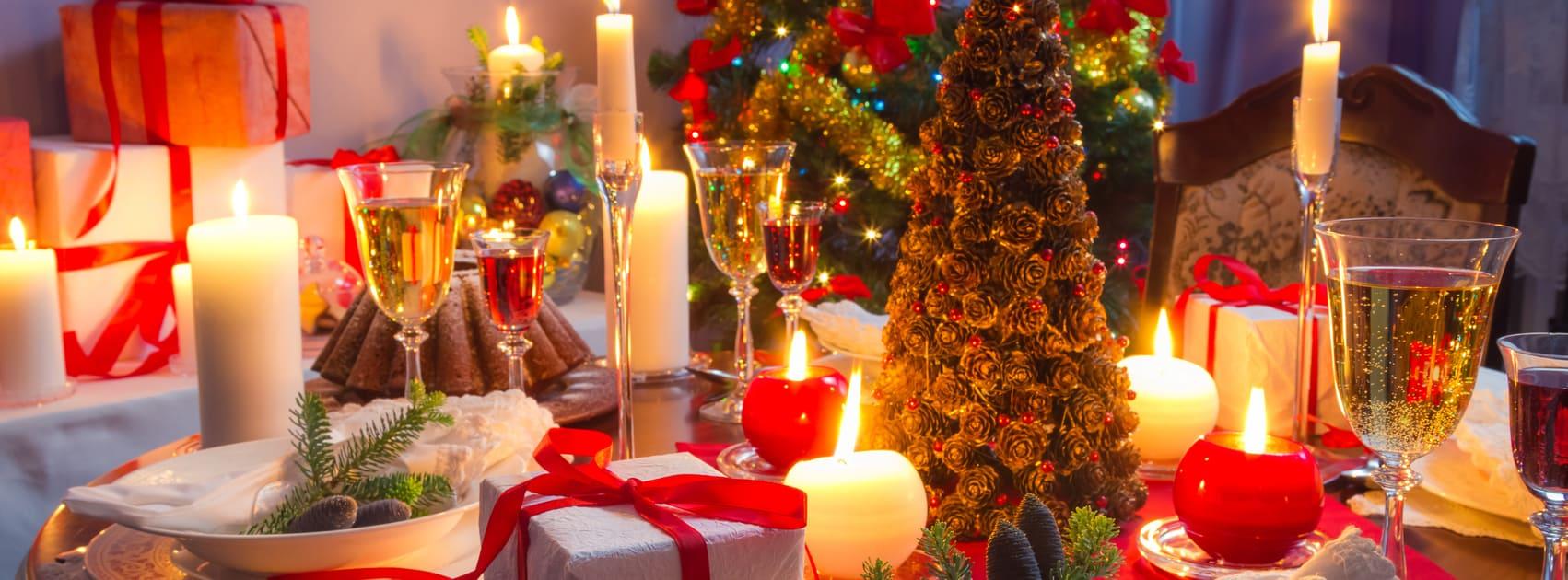 tafel gedekt voor kerstdiner