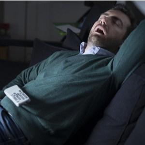 homme endormi devant la télévision