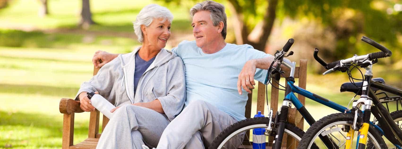 ouder echtpaar met fietsen