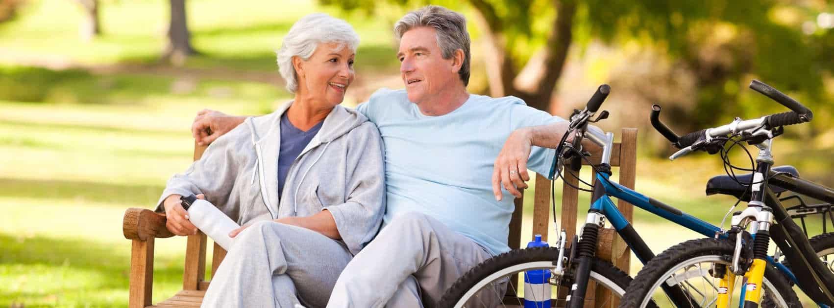 couple âgé avec des vélos
