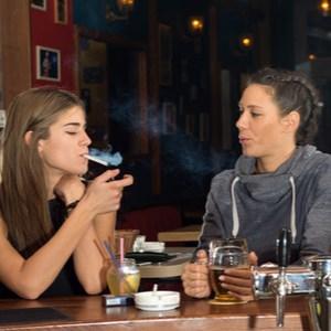 personnes qui boivent et fument dans les bars