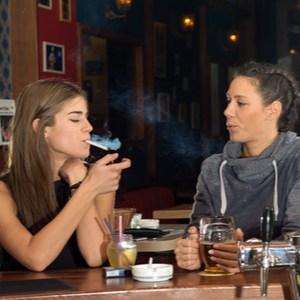 mensen drinken en roken in bar