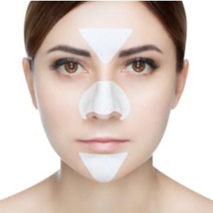 Portret van een mooi meisje met een acne masker op haar neus en t-zone.