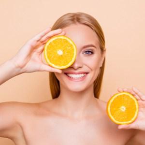 Jolie fille pure naturelle ayant deux morceaux d'orange