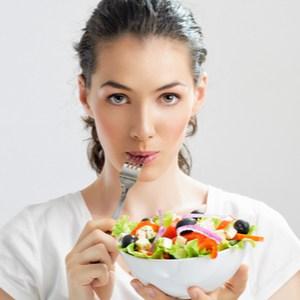 jeune femme mange des aliments sains