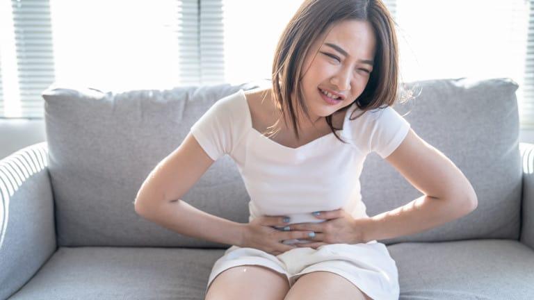 Femme avec des brûlures d'estomac