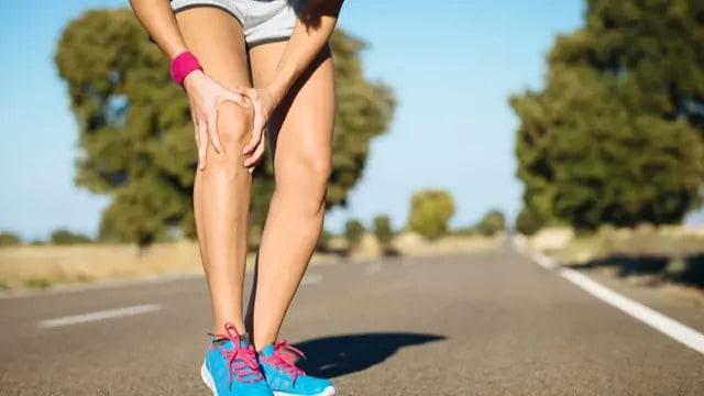 athlète souffrant d'une douleur au genou