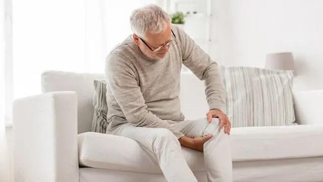homme âgé souffrant de douleurs au genou