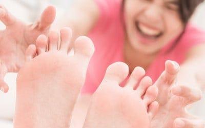 vrouw met pijnlijke voeten