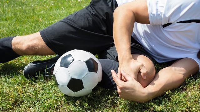 voetbalspeler met kniepijn