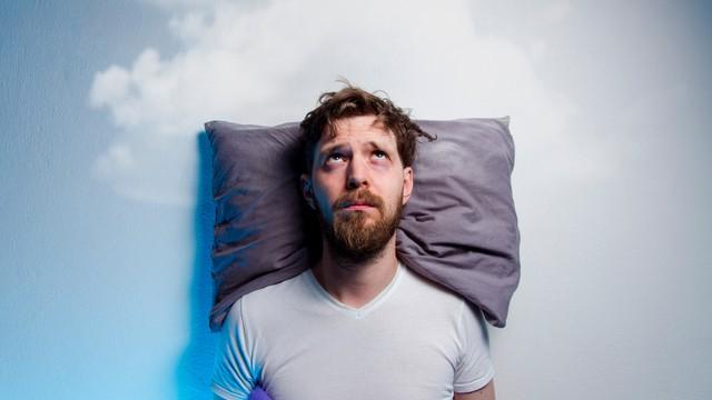 homme allongé et réveillé