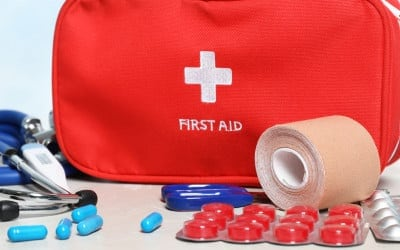 EHBO-doos met pillen op tafel binnenshuis