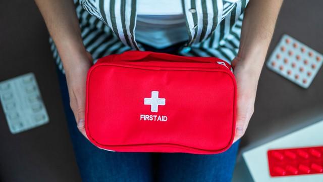 Vrouw heeft thuis een medische kit met medicijnen. Eerste hulp bij pijn en ziekte