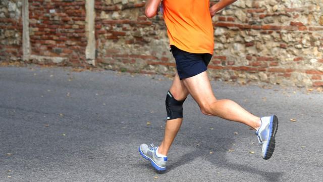 marcher avec une attelle de genou